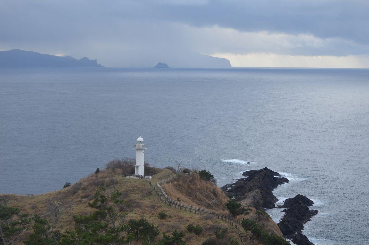 写真・図版 : 隠岐諸島「島後(どうご)」の那久岬から日本海を望む。左上は「島前(どうぜん)」の島々=2月、島根県隠岐の島町那久。藤田撮影