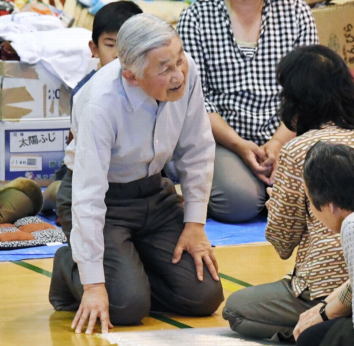 写真・図版 : 2016年5月、熊本県南阿蘇村の避難所を訪れ、地震の被災者に声をかける天皇陛下(現上皇陛下)=代表撮影