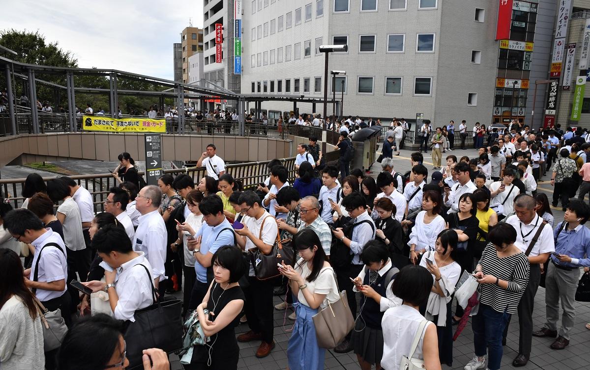 写真・図版 : 台風15号の影響でダイヤが大幅に乱れ、JR三鷹駅では朝9時過ぎには入場規制がかかり、駅構外まで長い列ができた=2019年9月9日