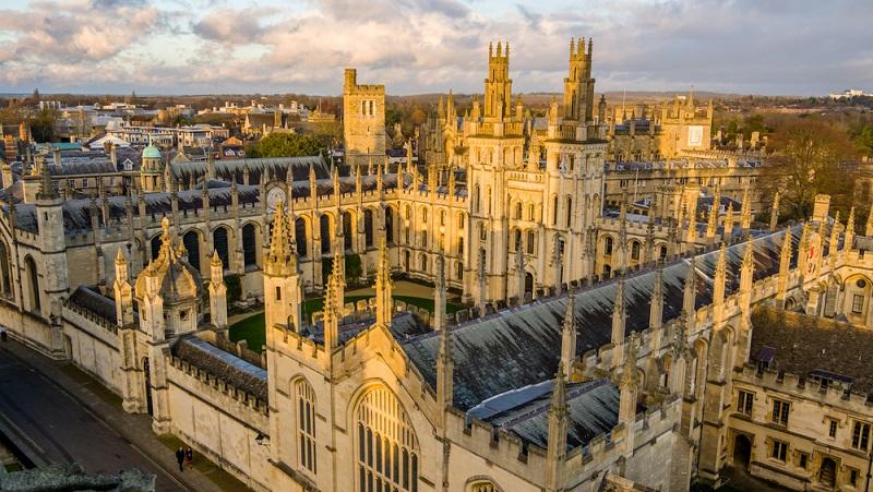 写真・図版 : オックスフォード大学オール・ソウルズ・カレッジ=shutterstock.com