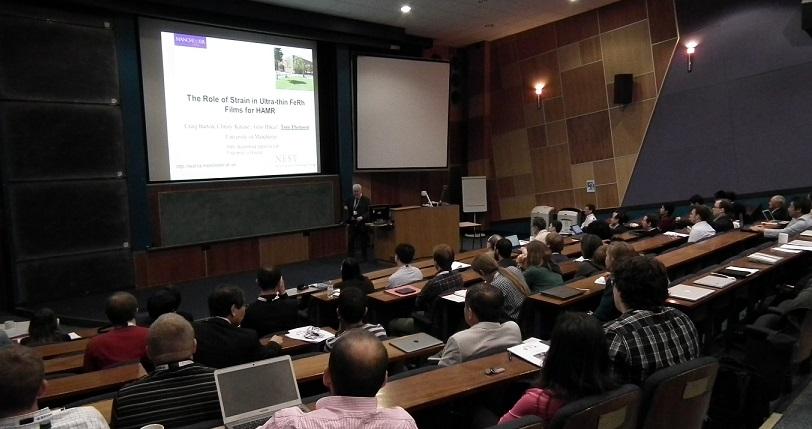 写真・図版 : 英国の磁性関係研究者が100人以上集まる日英合同シンポジウム。ブレグジット後にはこのような会議の開催も難しくなるかも知れない=2011年6月、ヨーク大学