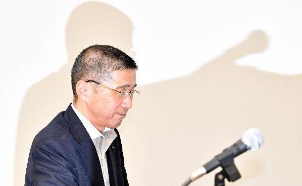 写真・図版 : 辞任会見を終え、退席する日産自動車の西川広人社長=2019年9月9日、横浜市西区