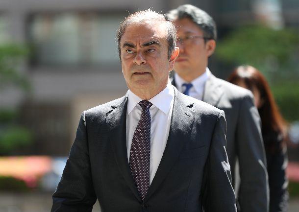 写真・図版 : 東京地裁に入るカルロス・ゴーン被告=2019年5月23日、東京・霞が関