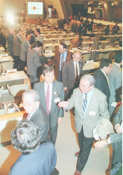 写真・図版 : 1997年、京都議定書を採択し、ほっとした表情で会場を出る代表者たち=清水隆撮影
