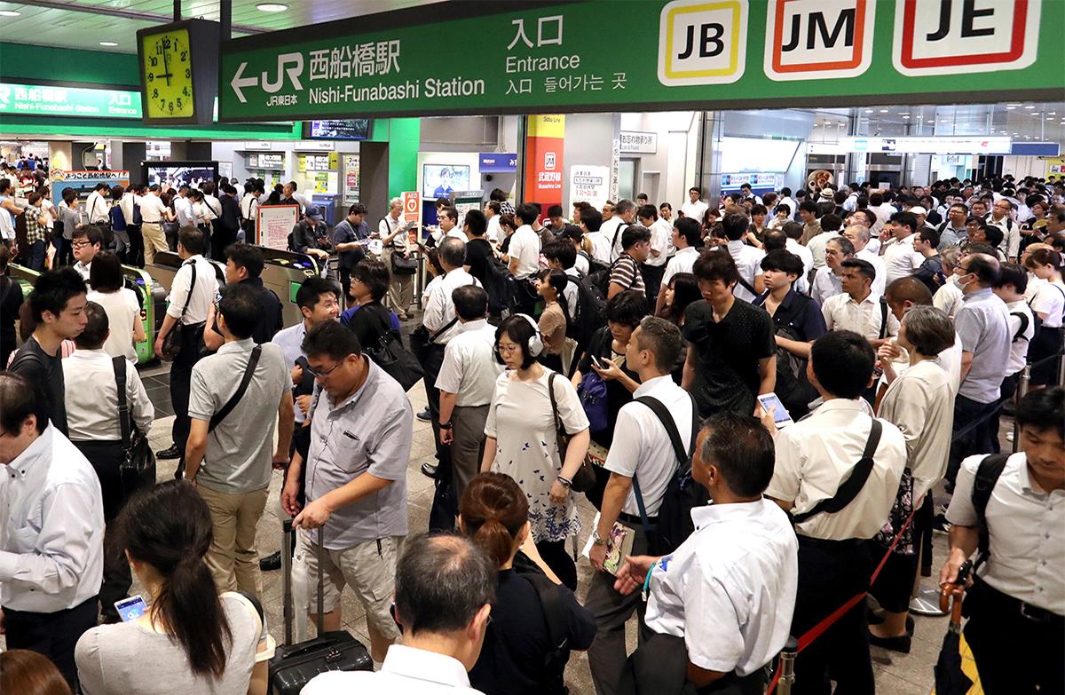 写真・図版 : 運転再開を待つ人で混雑するJR西船橋駅=2019年9月9日、西畑志朗撮影