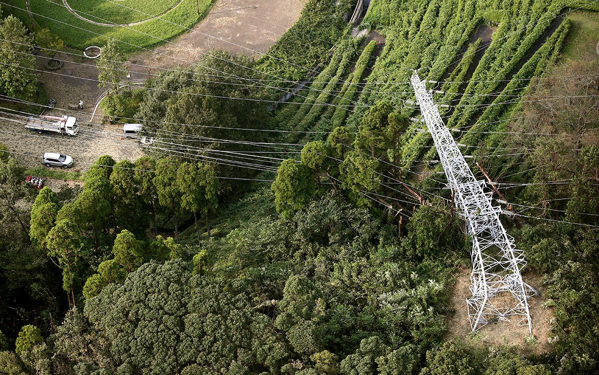 写真・図版 : 台風15号の影響で倒れた送電鉄塔の復旧作業=2019年9月11日、千葉県君津市、江口和貴撮影