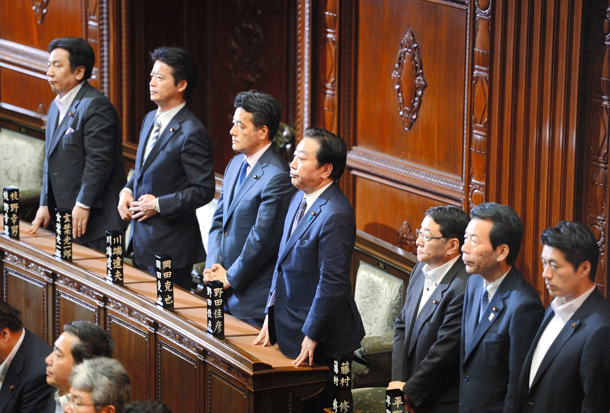 写真・図版 : 消費増税関連法案が衆院で可決され、起立する野田佳彦首相ら=2012年6月26日