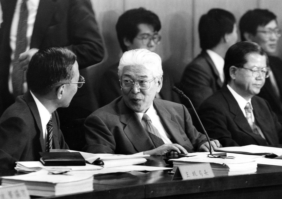写真・図版 : 政府税制調査会長を1990年から2000年まで務めた加藤寛氏=1993年5月14日