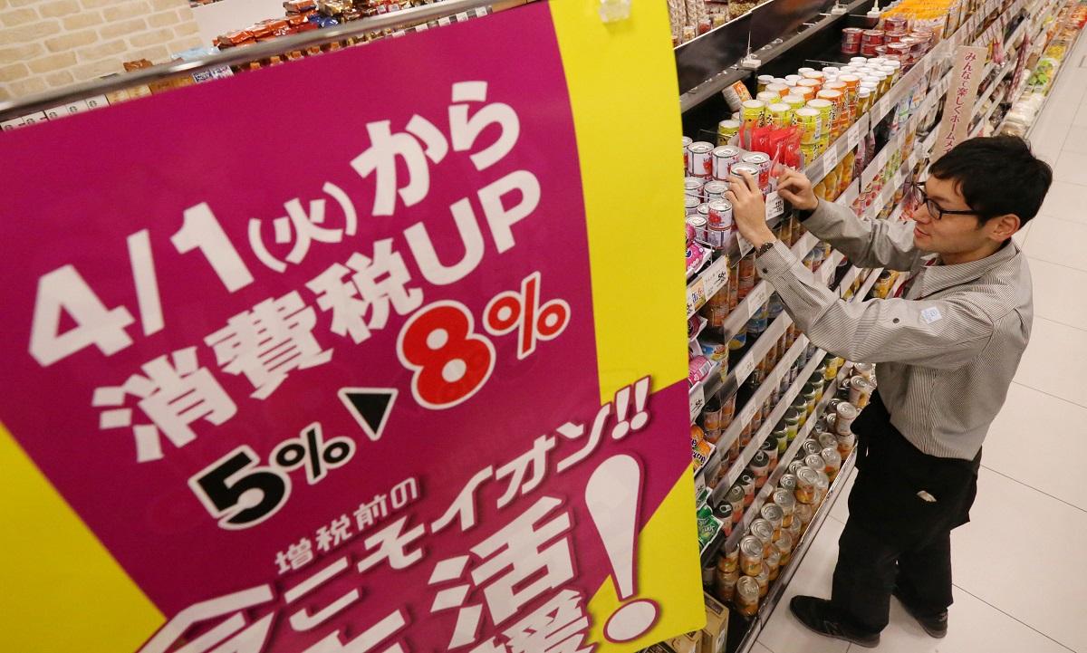 写真・図版 : 2014年春、消費税が8%に引き上げられた前後には駆け込み需要とその反動が起きた=2014年3月31日、千葉市