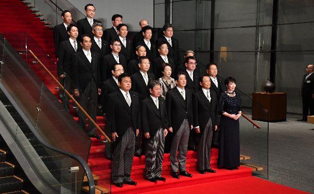 写真・図版 : 安倍晋三首相らと記念写真に納まる新閣僚たち =2019年9月11日