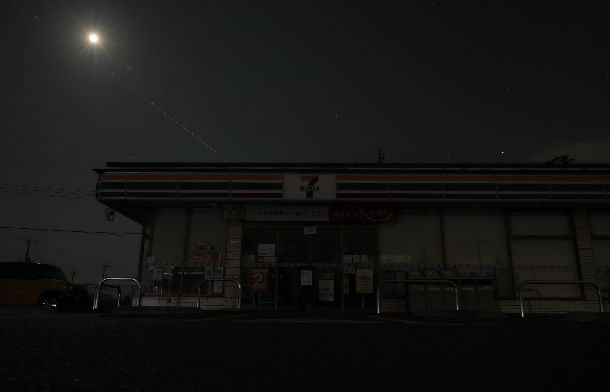 写真・図版 : 月明かりのなか、停電で営業を取りやめたコンビニエンスストア=2019年9月10日午後8時7分
