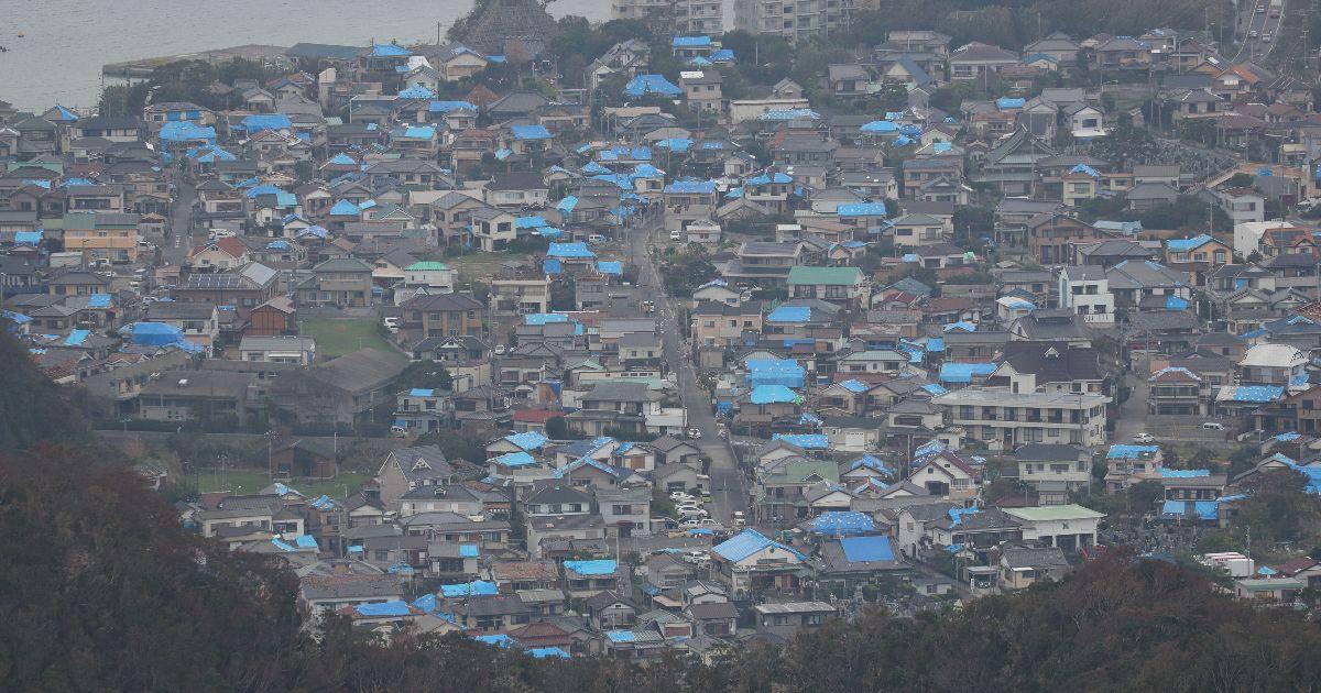 写真・図版 : 台風15号による強風で壊れた住宅の屋根にはブルーシートが張られている=2019年9月14日、千葉県鋸南町
