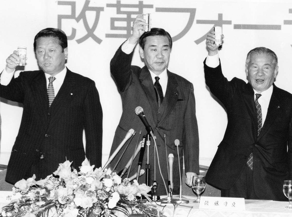 写真・図版 : 「改革フォーラム21(羽田派)」の結成式で乾杯する羽田孜代表(中央)と小沢一郎氏(左)=1992年12月18日、東京都千代田区