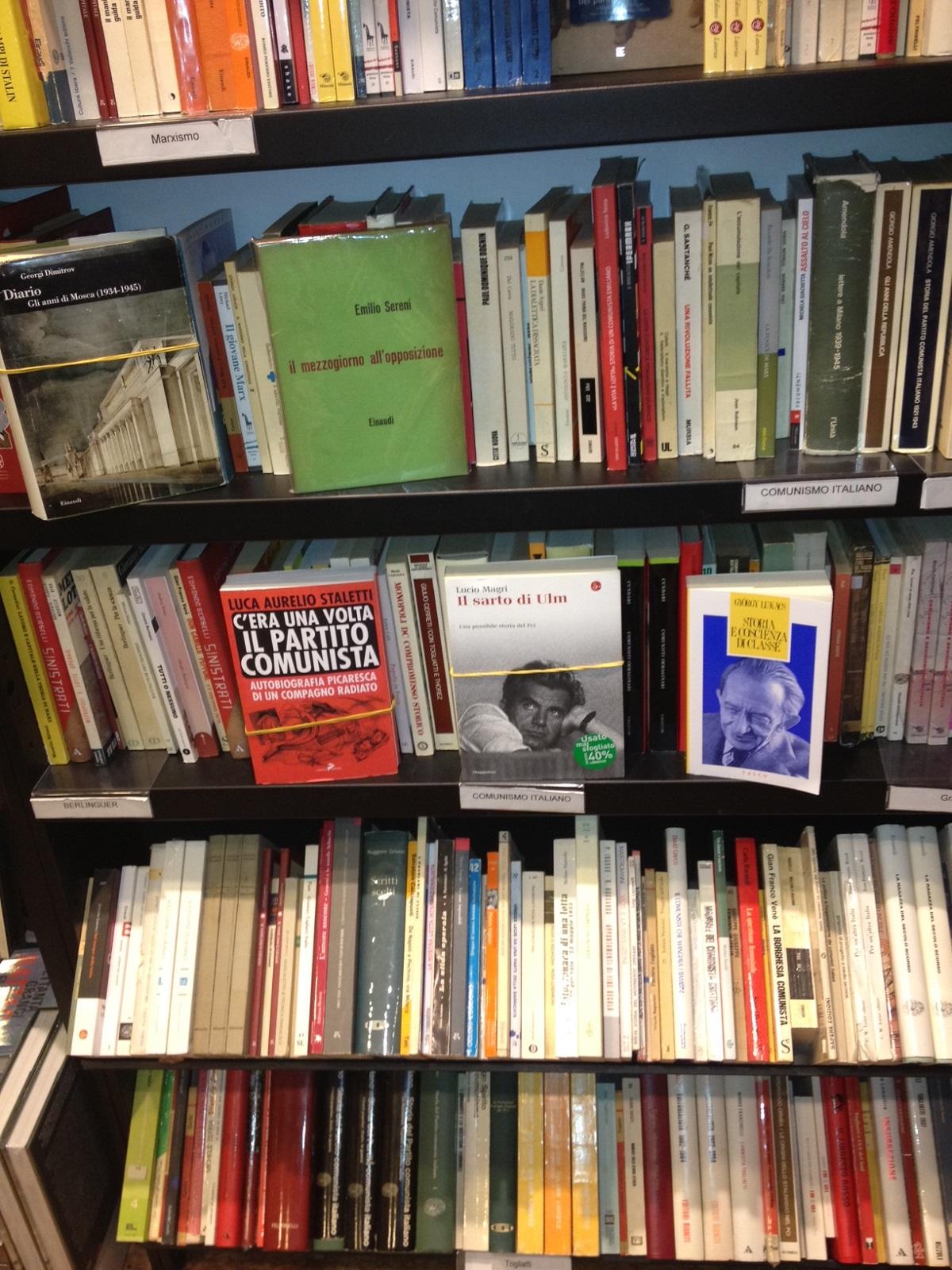 写真・図版 : ボローニャの書店で=筆者提供