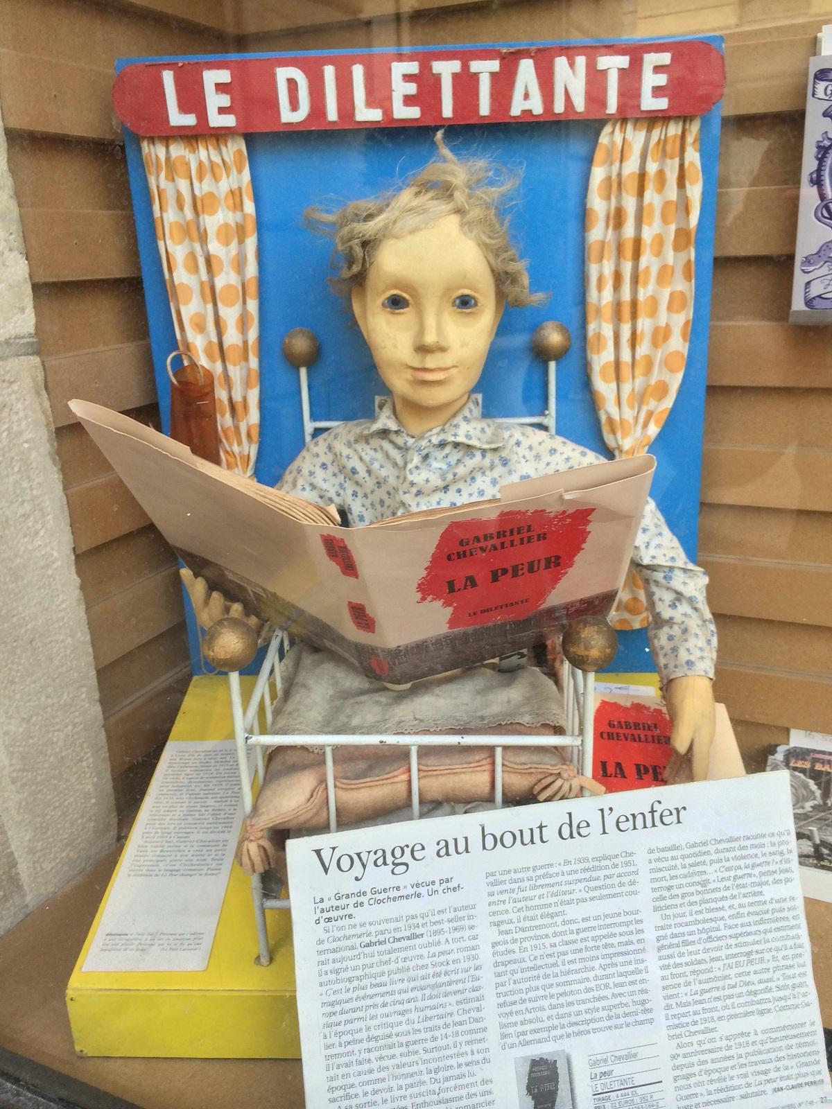 写真・図版 : パリの書店「Le Dilettante」のディスプレイ=筆者提供