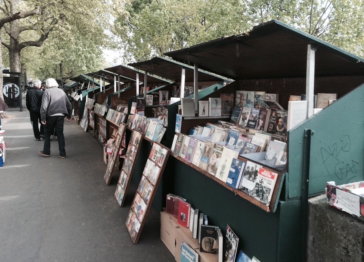 写真・図版 : パリ・セーヌ川沿いにある露天の古本屋=筆者提供
