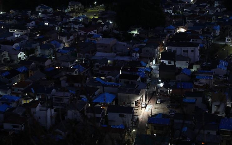 写真・図版 : 台風15号の直撃から1週間になる千葉県鋸南町。ブルーシートが張られた家屋の多くに明かりは戻っていない=2019年9月15日午後6時19分、川村直子撮影