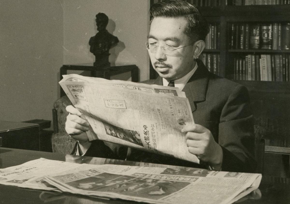 満51歳の誕生日、講和条約発効を報じる新聞を読む昭和天皇=1952年4月29日
