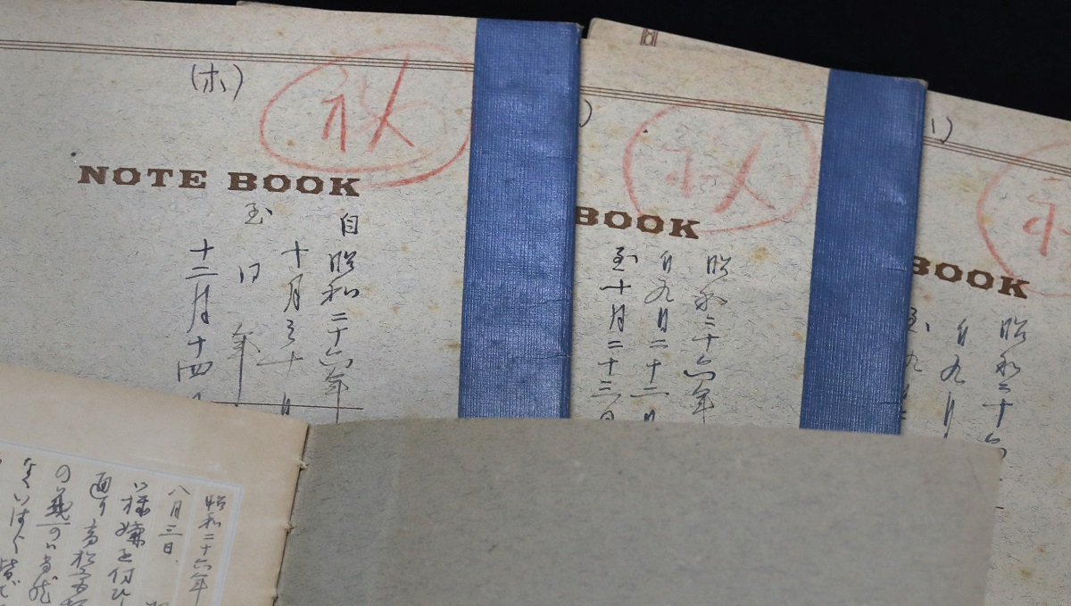 写真・図版 : 田島道治が昭和天皇とのやりとりを記録したノートの表紙には(秘)と朱書きされていた