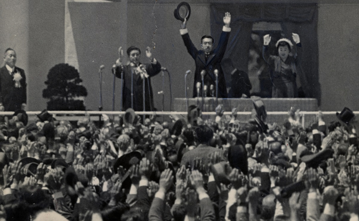 写真・図版 : 講和条約が発効、独立後初めての憲法記念式典で万歳三唱をする昭和天皇と皇后=1952年5月3日