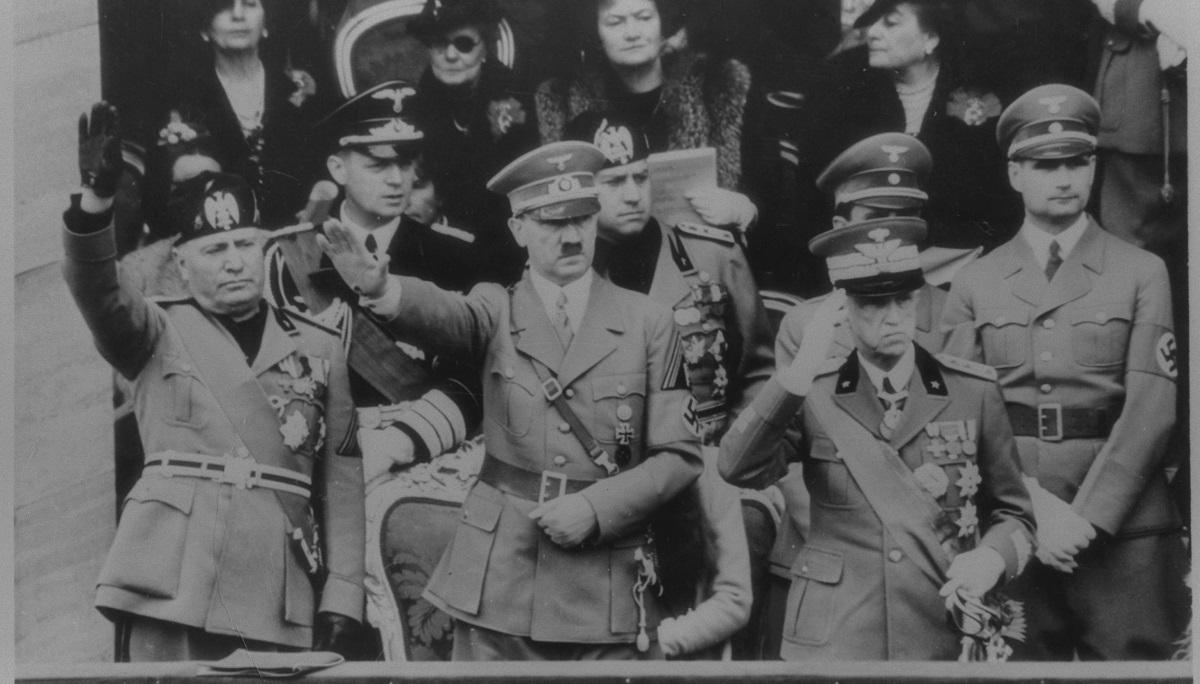 写真・図版 : ローマを訪問、イタリア軍を閲兵するヒトラー・ドイツ総統(前列中央)。左はムッソリーニ・イタリア首相=1938年5月