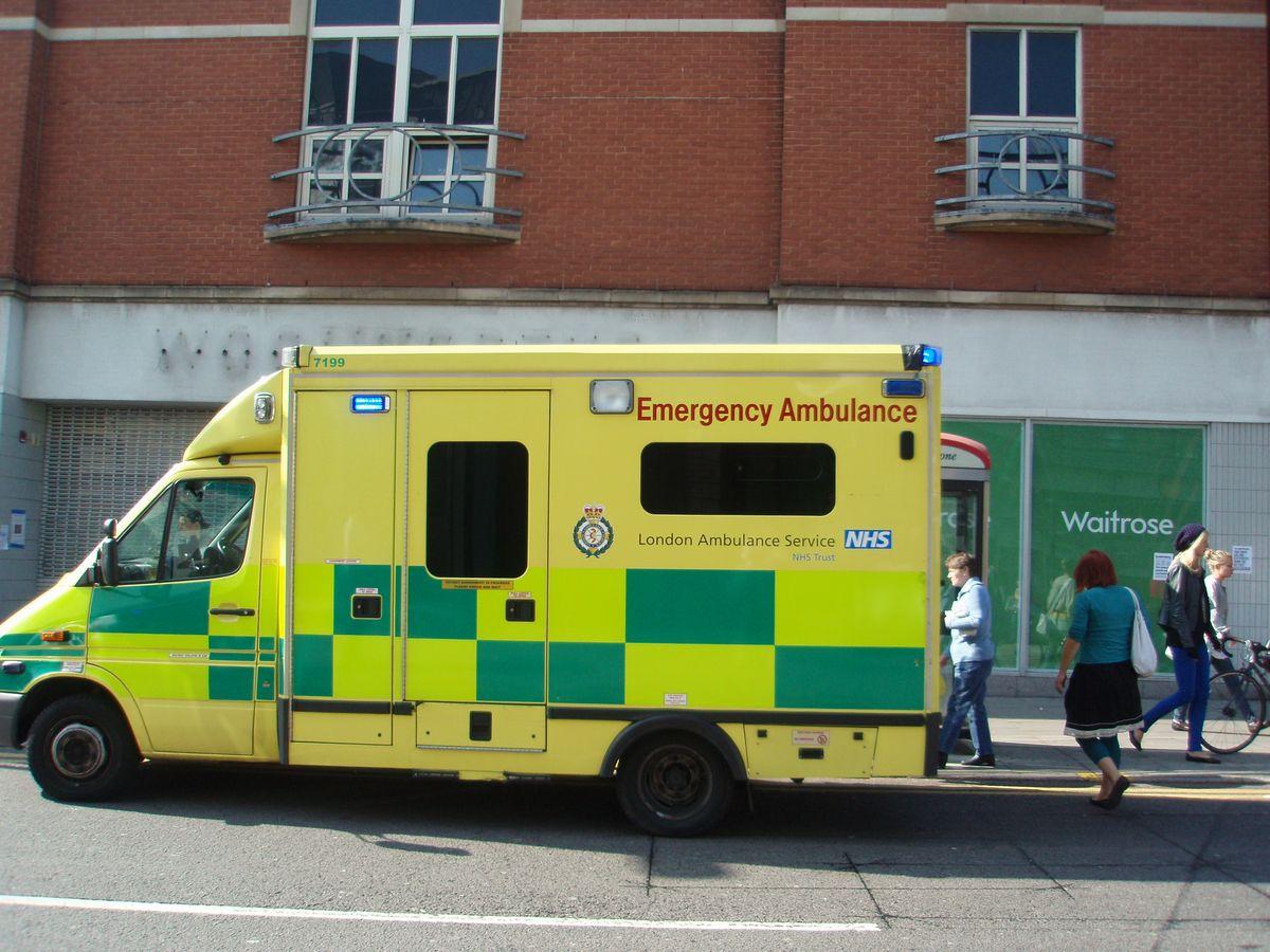 写真・図版 : NHSの救急車=2008年9月27日、ロンドン市内、筆者撮影