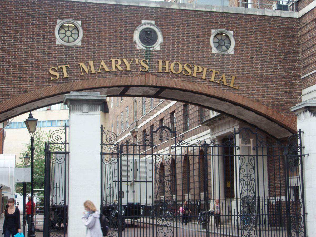写真・図版 : St Mary's Hospital。ロンドン市内にあるNHS病院。急性期のほか、産科のバースセンターがある。ウィリアム王子とハリー王子のロイヤル・ベビーもこの病院で誕生した=2011年8月8日、筆者撮影
