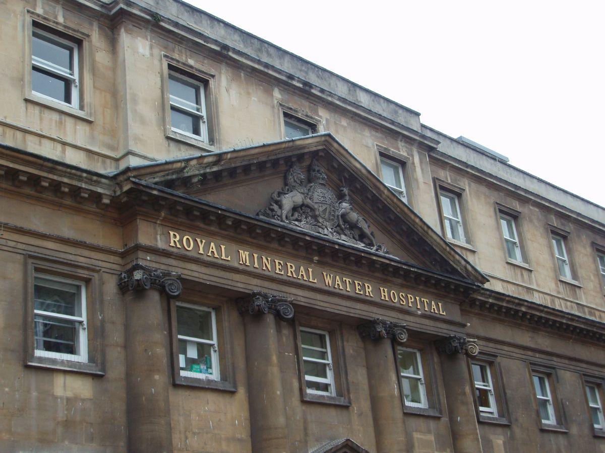 写真・図版 : Royal Mineral Water Hospital。貴族が療養に訪れる温泉地で有名だったBath市内にあり、19世紀には温泉水を利用した治療が行われていた。現在は病院としては利用されておらず、高級ホテルとして利用するという計画も持ち上がっている=2008年9月24日、筆者撮影