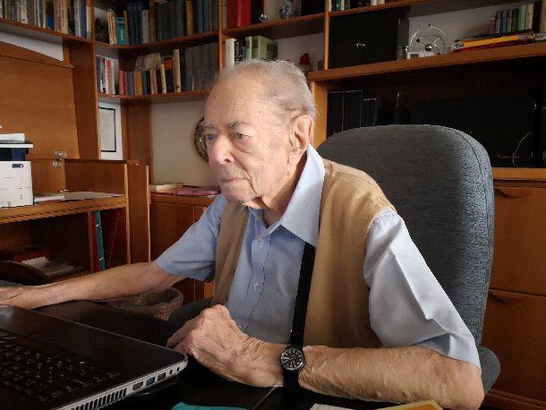 写真・図版 : コルナイ・ヤーノシュ氏=ハンガリー・ブタペストの自宅で