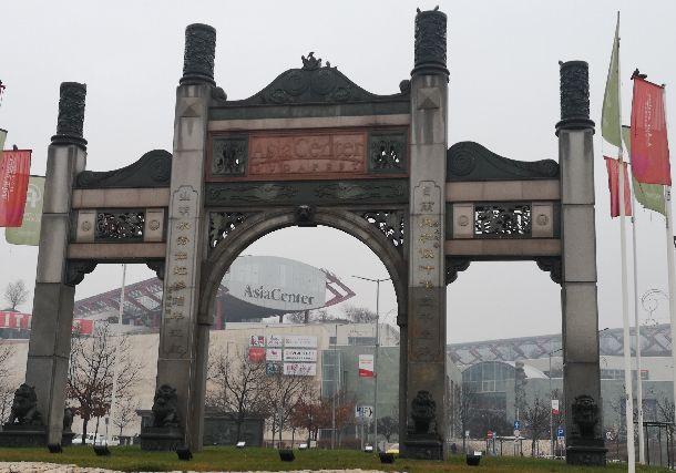 写真・図版 : 中国製品を売買する「商城」に設けられた中国風の門。貿易に携わる中国人は1990年からハンガリーに根を張る。近年は「一帯一路」戦略で中国国有企業が鉄道などインフラ建設にも関わるようになった=2018年12月4日、ブダペスト、吉岡桂子撮影
