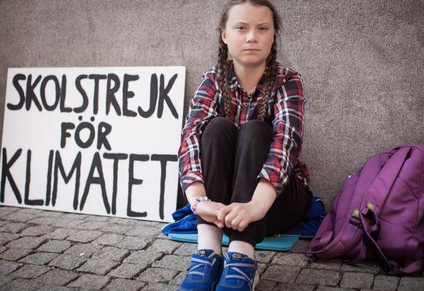 写真・図版 : 座り込みをするグレタ・トゥンベリさん=グレタさんのフェイスブックから
