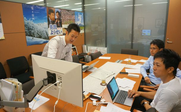 写真・図版 : 年金改革について話し合う左から井坂信彦氏、階猛氏、井出庸生氏=2019年9月11日、衆院議員改革