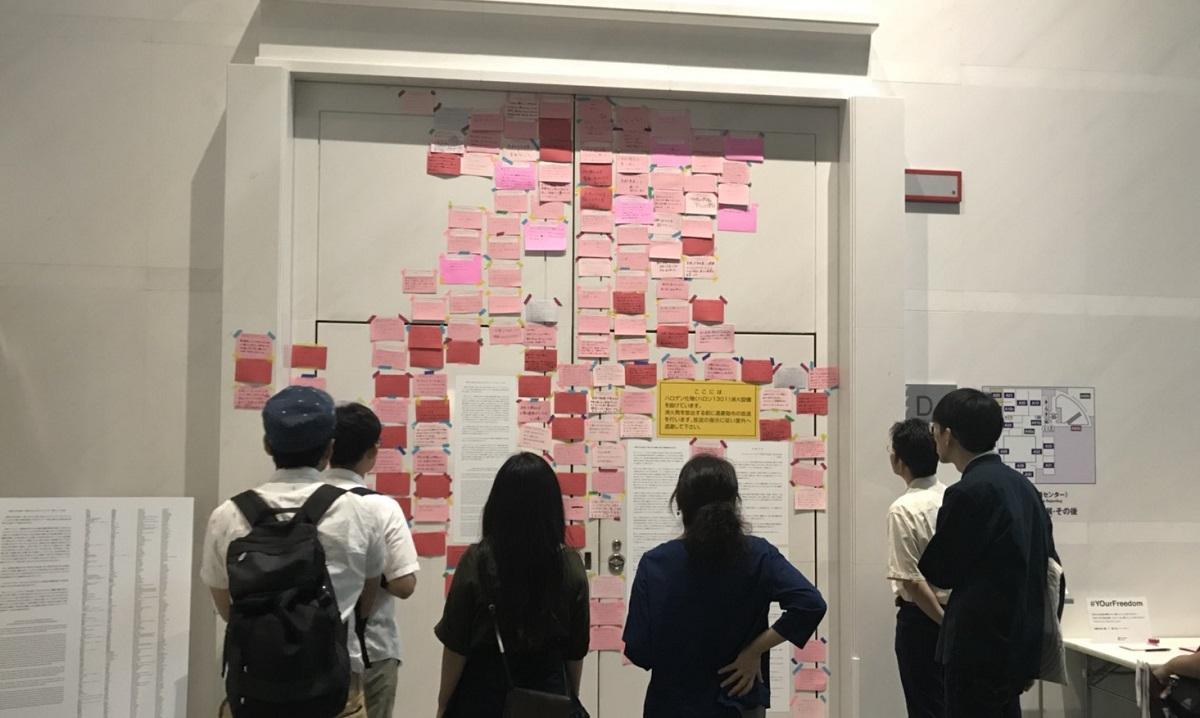 写真・図版 : 「表現の不自由展・その後」展示室の扉。出展作家の文書や、作家や市民らが「不自由」について記した紙が貼られている=「ReFreedom_Aichi」提供