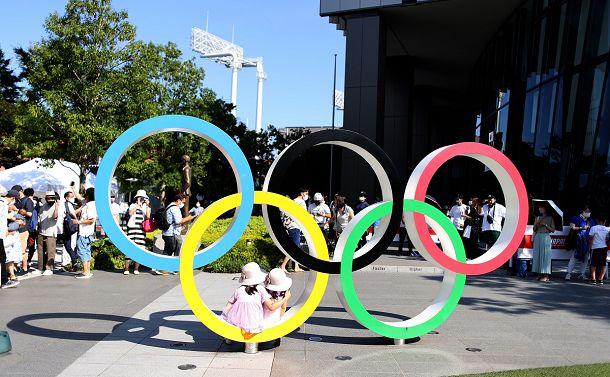 写真・図版 : 国立競技場近くにある五輪マークのモニュメント=2021年7月22日、東京都新宿区
