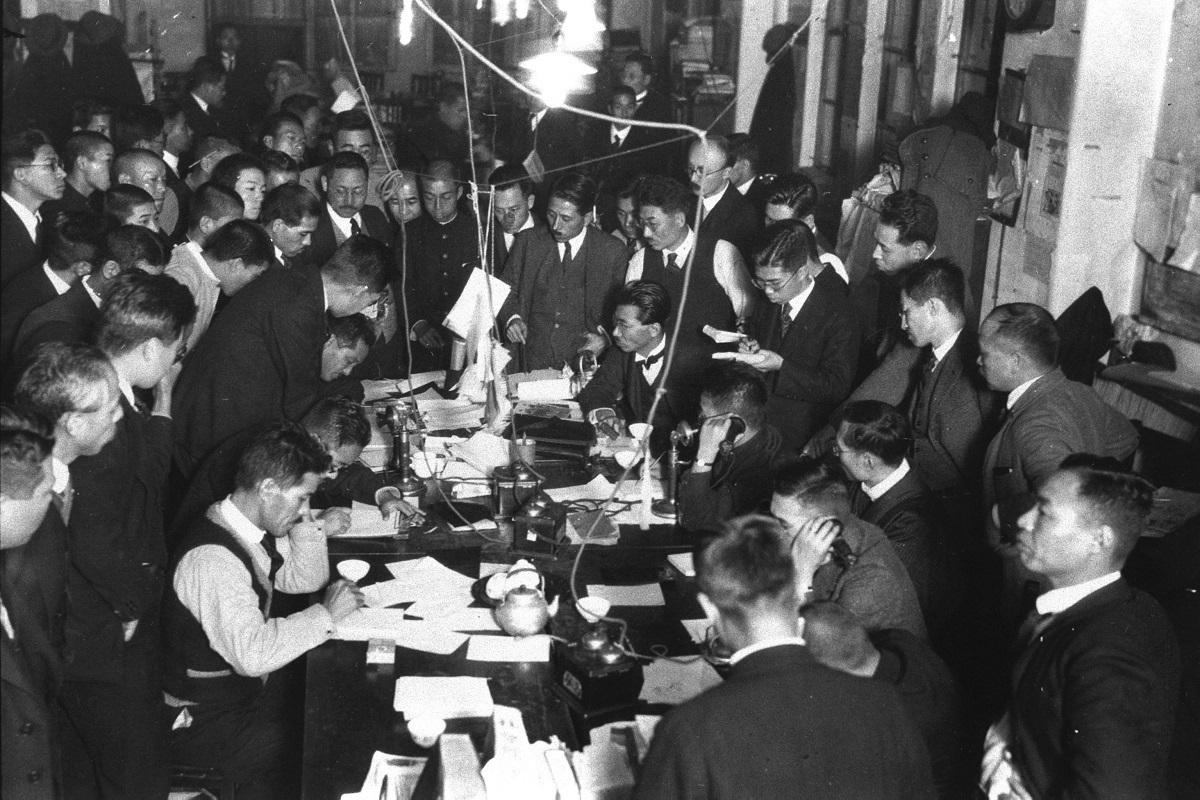 写真・図版 : 大正天皇の容体を伝える電話に緊張する東京朝日新聞の編輯局=1926年12月