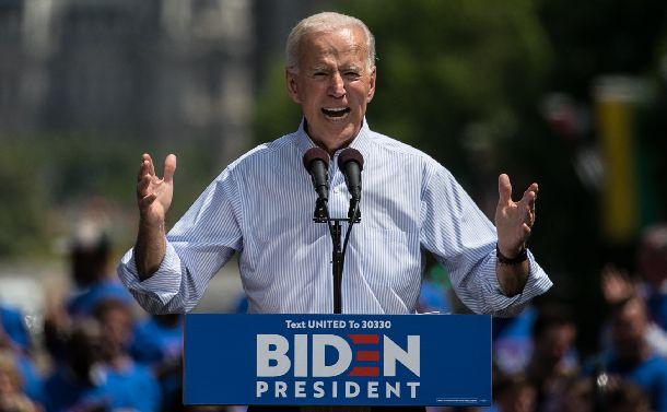 写真・図版 : 選挙集会で演説するバイデン前副大統領=2019年5月18日、米ペンシルベニア州フィラデルフィア