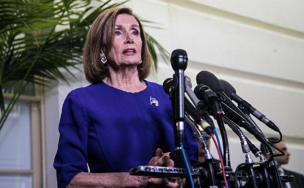写真・図版 : 米議会でトランプ大統領の弾劾(だんがい)調査開始を発表し、記者の質問に答えるペロシ下院議長=2019年9月24日、ワシントン