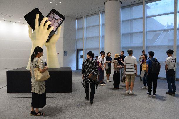 写真・図版 : 「あいちトリエンナーレ2019」メイン会場の愛知芸術文化センター。多くの来場者が訪れていた=2019年9月14日、名古屋市東区