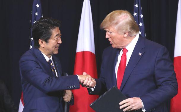 写真・図版 : 共同声明署名式を終え、握手を交わす安倍晋三首相(左)とトランプ米大統領=2019年9月25日、米ニューヨーク