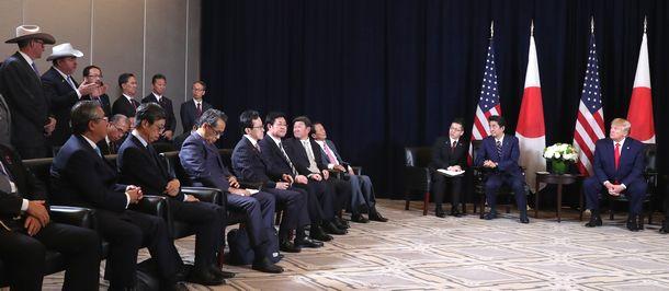 写真・図版 : 首脳会談拡大会合で、農業関係者(左上)の発言を聞くトランプ米大統領(右端)。右から2人目は安倍晋三首相=2019年9月25日、米ニューヨーク
