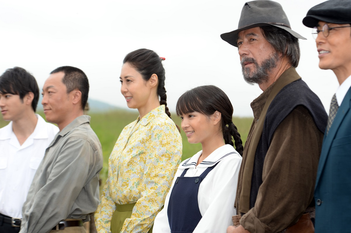 写真・図版 : 「なつぞら」の出演者たち。右から3人目がヒロインの広瀬すずさん、同2人目が草刈正雄さん=北海道新得町