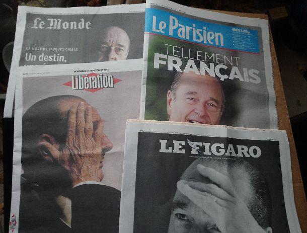 写真・図版 : シラク元大統領の訃報を伝えるフランスの新聞各紙(筆者撮影)