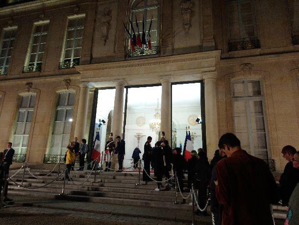 写真・図版 : シラク元大統領を悼む記帳を長い列=2019年9月26日、パリ(筆者撮影)