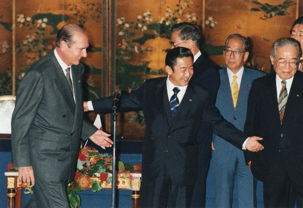 写真・図版 : 日仏首脳会談で合意文書に署名、退席するシラク・フランス大統領と橋本龍太郎首相=1996年11月18日、東京・迎賓館