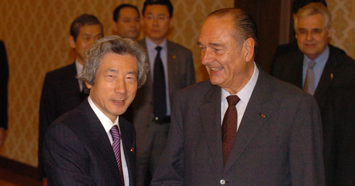 写真・図版 : 会談前に小泉首相と握手するシラク仏大統領(右)=2005年3月27日、東京都港区の飯倉公館