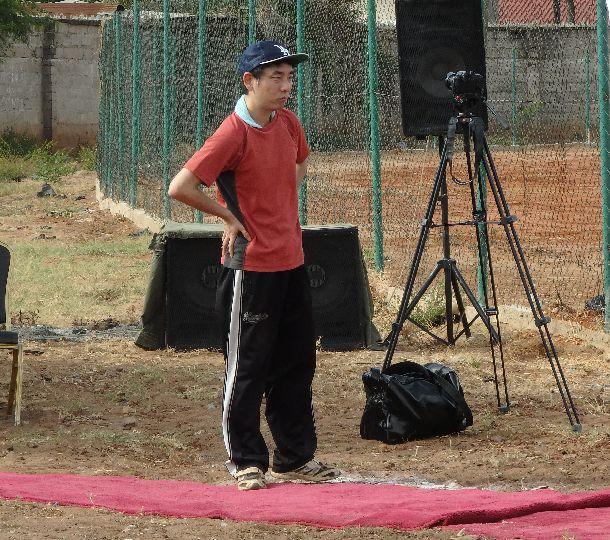 写真・図版 : プロの映像家、近藤⽞隆さん。かつて三⾓ベースをテーマにした映画を監督し、劇場公開させた経験をもつ。ここ数年は毎年タンザニアを訪問して撮影。いい映像を撮ろうと集中するあまり、熱中症で倒れたことも。