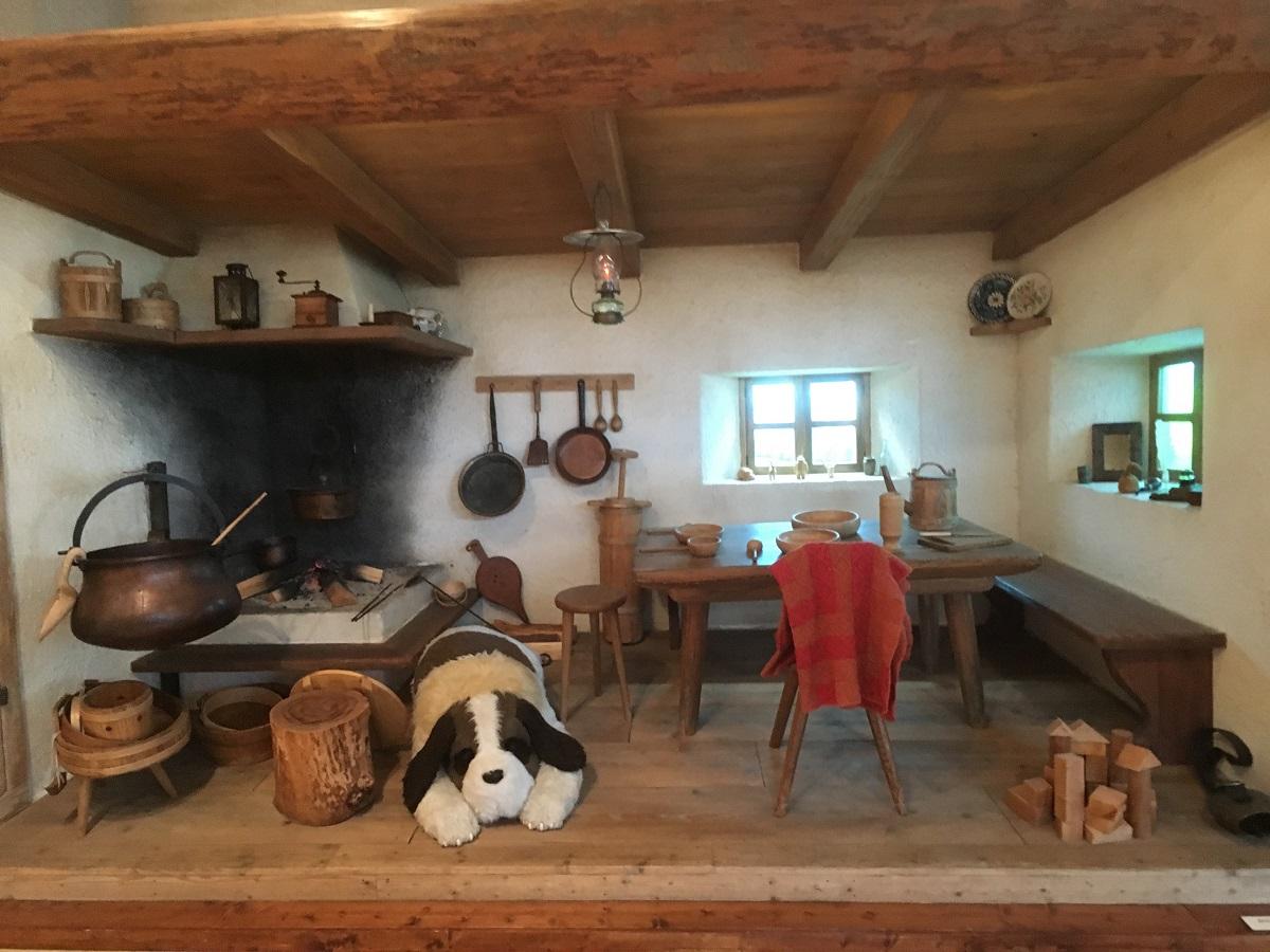 写真・図版 : 『アルプスの少女ハイジ』(1974年)の山小屋内部を再現したコーナーで