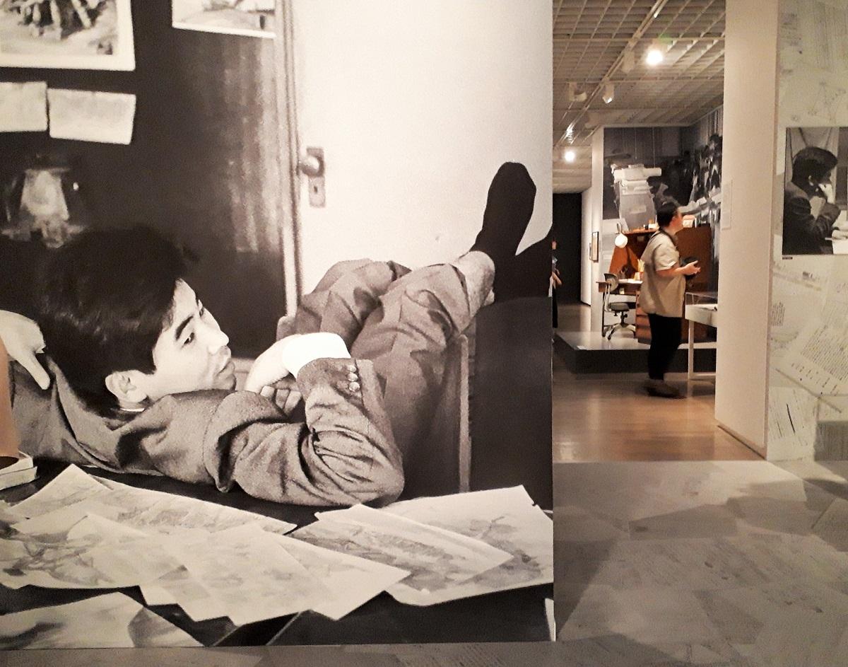 写真・図版 : 大きく引き伸ばした若き高畑勲監督の写真