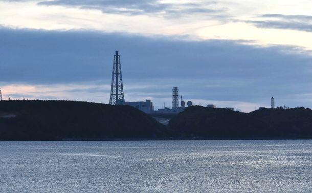 写真・図版 : 村役場近くの尾駮沼から見える日本原燃の核燃サイクル施設=2018年6月、青森県六ケ所村