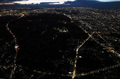 写真・図版 : 計画停電が実施され、街一帯の明かりが消えた東京都三鷹市=2011年3月16日午後6時22分、本社ヘリから
